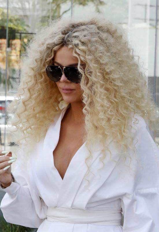 Khloe Kardashian imprezuje na całego w nowej, boskiej fryzurze! Pasuje jej?