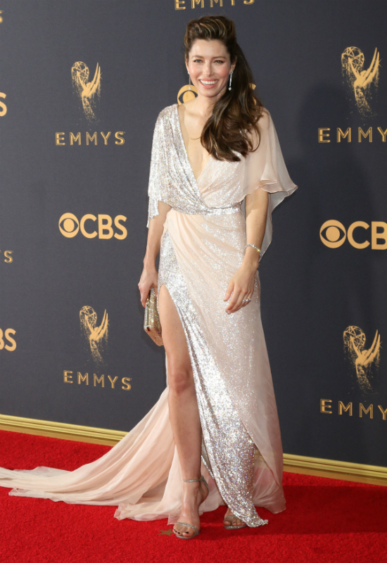 Błyszcząca sukienka Jessici Biel najlepszą stylizacją na ceremonii Emmy Awards?