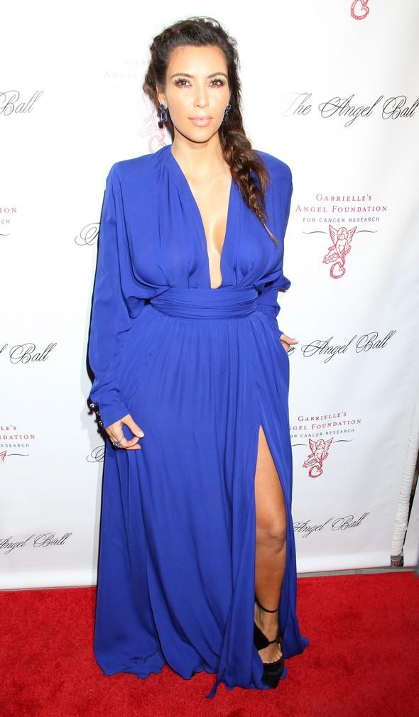 Kim Kardashian w kobaltowej sukni