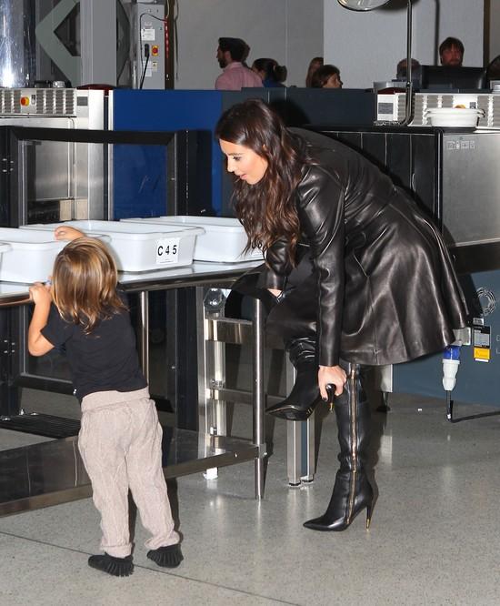 Kim Kardashian w skórzanym płaszczu