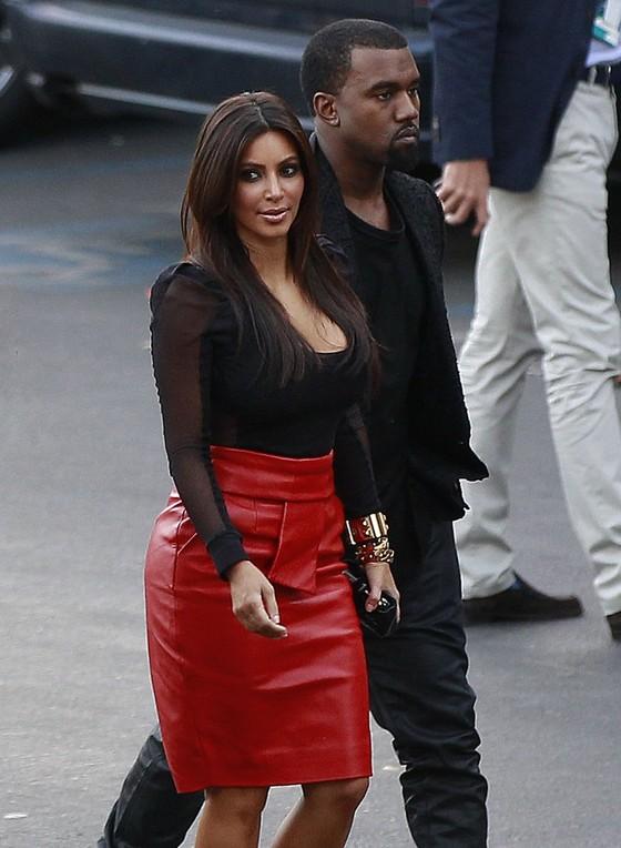Kim Kardashian w seksownej czerwonej spódnicy