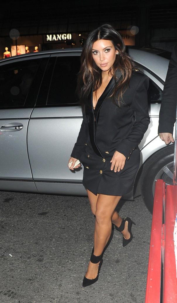 Kim Kardashian w czarnej marynarce