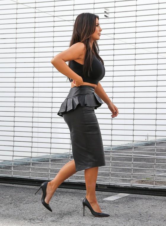 Kim i Kourtney Kardashian w spódnicach z baskinką
