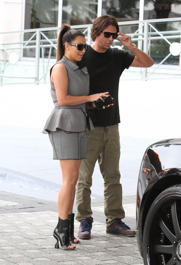 Kim Kardashian w dwóch stylizacjach