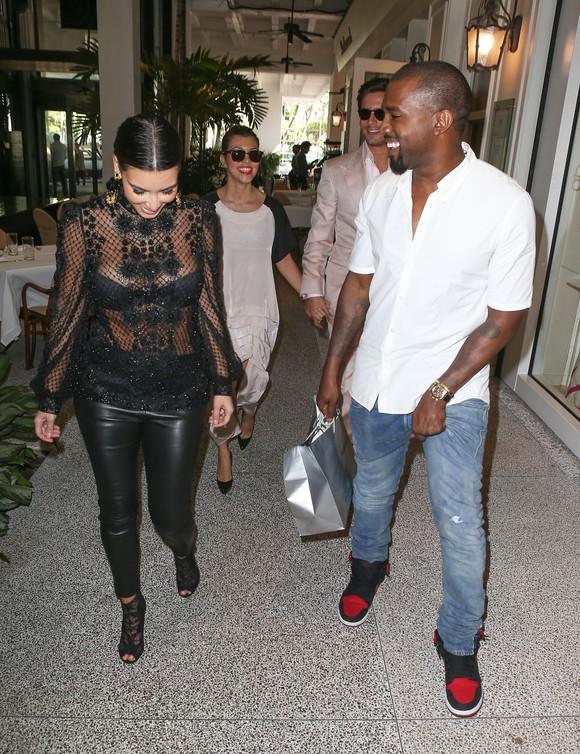 Kim Kardashian w koronkowej bluzce