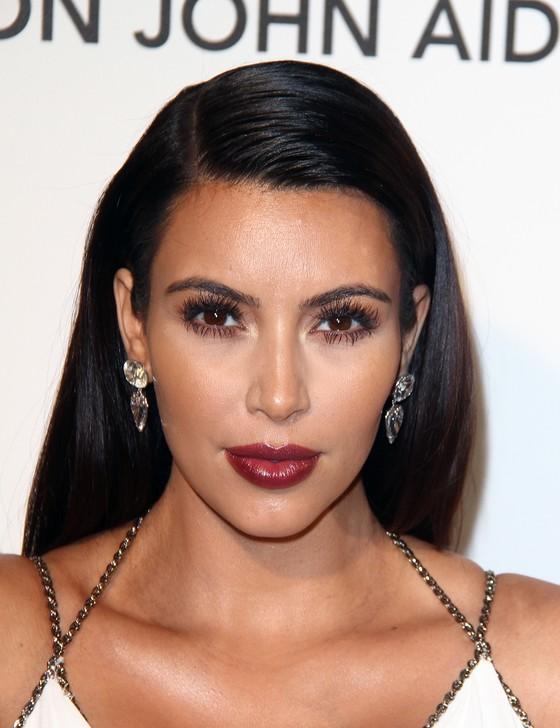 Kim Kardashian pokazuje brzuszek na okładce Cosmopolitan