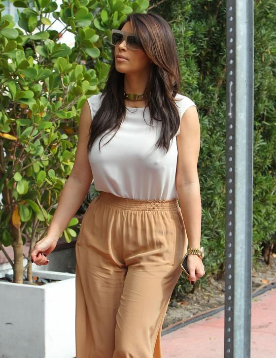 Kim Kardashian w szerokich spodniach