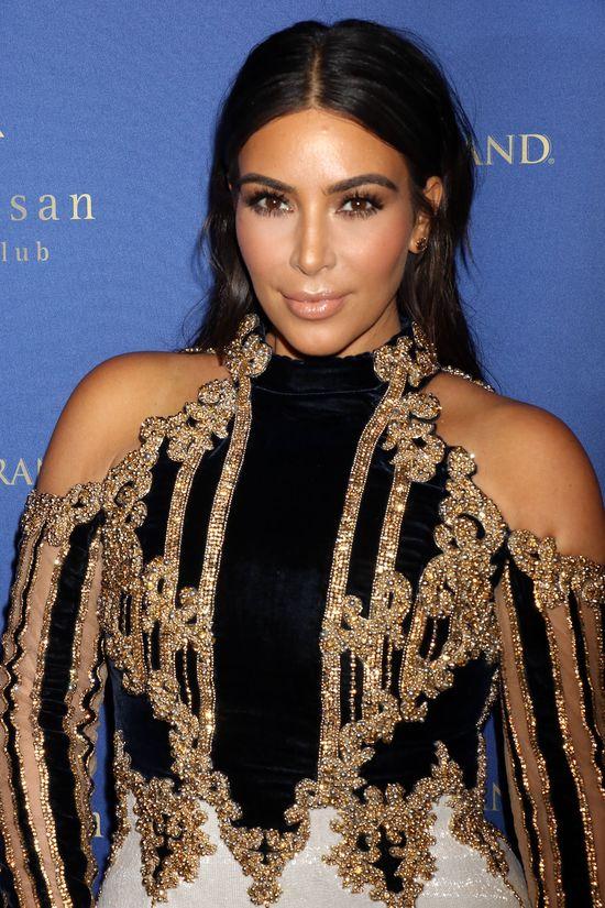 Kim Kardashian w końcu debiutuje na ściance z pociążową figurą