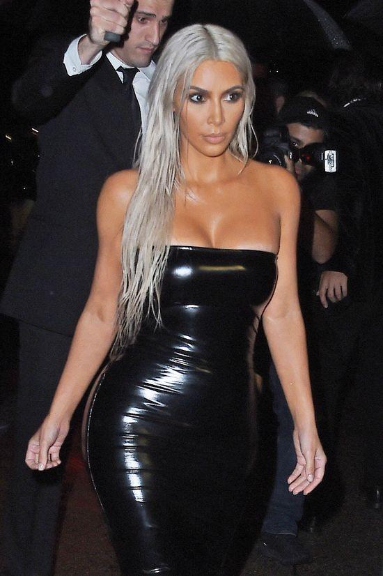 Kim Kardashian pokazuje, jak konturuje twarz, ALE...