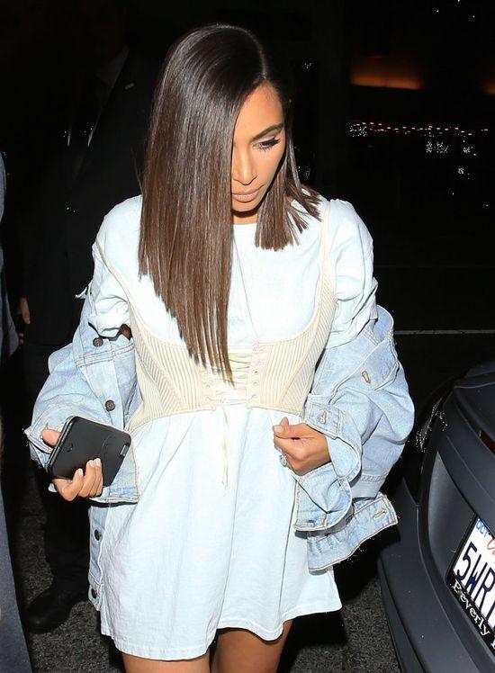 Gdyby nie TO, Kim Kardashian wyglądałaby OKRPONIE w strojach kąpielowych