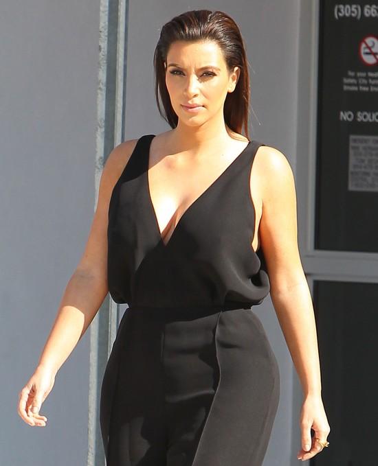 Kim Kardashian w wydekoltowanym kombinezonie (FOTO)