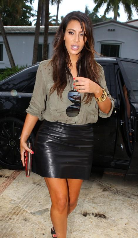 Kardashianka i w koszuli khaki wygląda szalenie seksownie