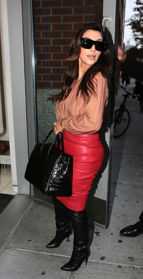 Kim Kardashian postawiła na skórę (FOTO)