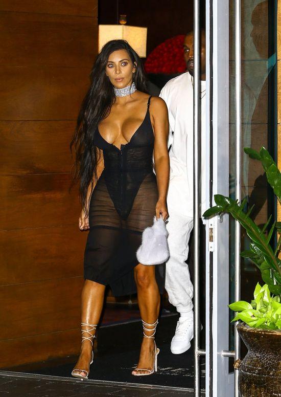 Po tych stylizacjach Kim Kardashian, by szokować, może wyjść już tylko naga