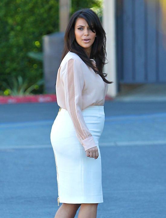 Kim Kardashian w ołówkowej spódnicy (FOTO)