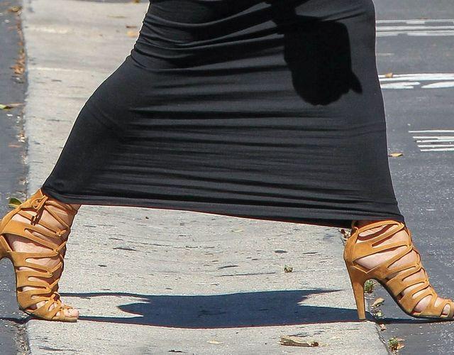 Kim Kardashian pokazała światu spanxy do połowy łydki...