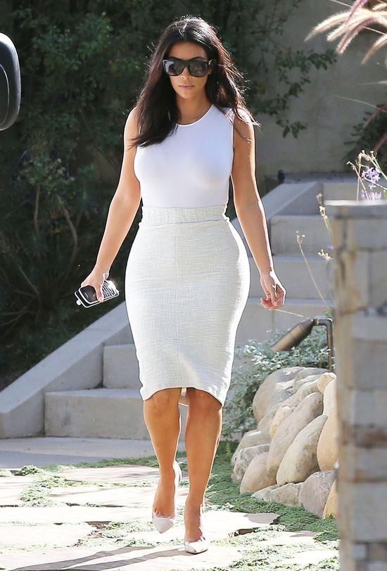 Spanxy w ryzach, czyli Kim Kardashian w bieli bez wpadki...