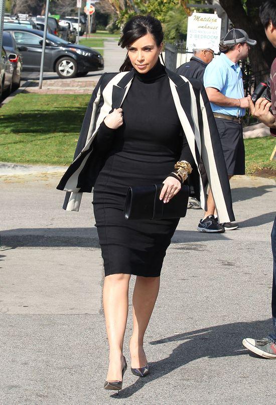 Kim Kardashian w ciąży wybiera czerń (FOTO)