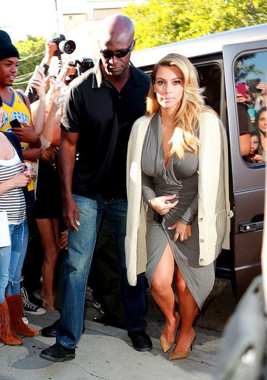 Kim Kardashian w sukience z odważnym rozcięciem