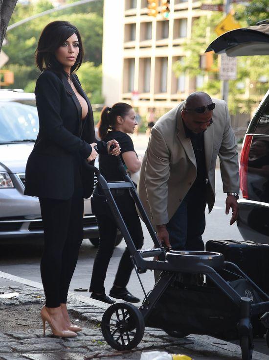 Gigantyczny dekolt i nowa fryzura w wydaniu Kim Kardashian!