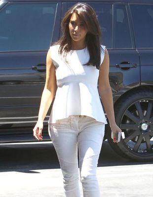 Kim Kardashian w bluzce z baskinką (FOTO)