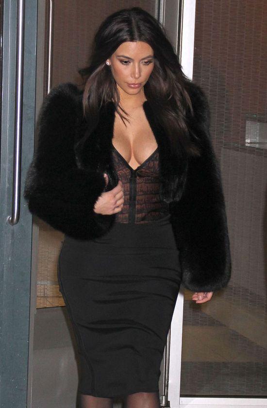 Kim Kardashian postawiła na czerń (FOTO)