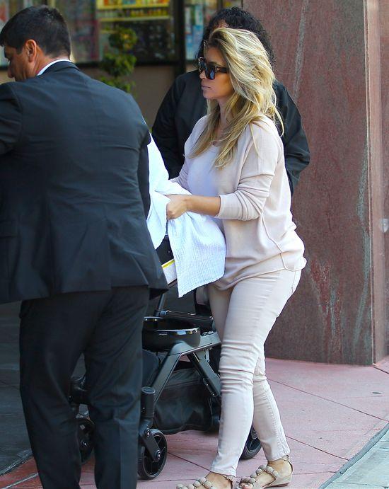 Kim Kardashian w pastelowych jeansach (FOTO)