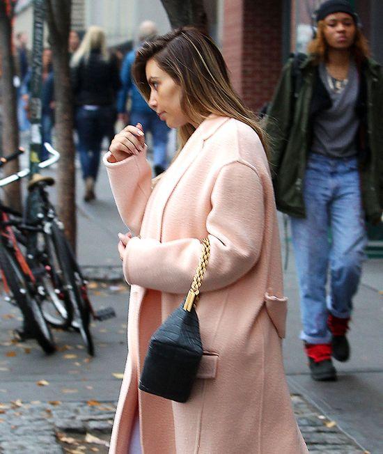 Kim Kardashian schowała się pod płąszczem Asos (FOTO)