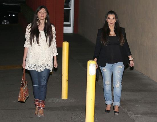 Kim Kardashian w przecieranych jeansach