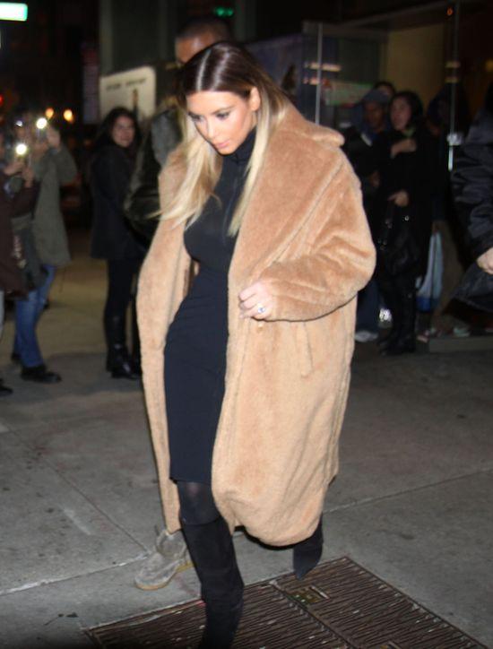 Kim Kardashian stawia na czerń w roli głównej  (FOTO)