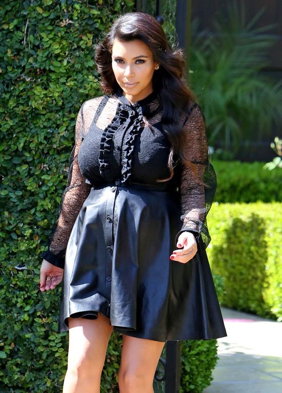 Kim Kardahian w skórzanej spódnicy