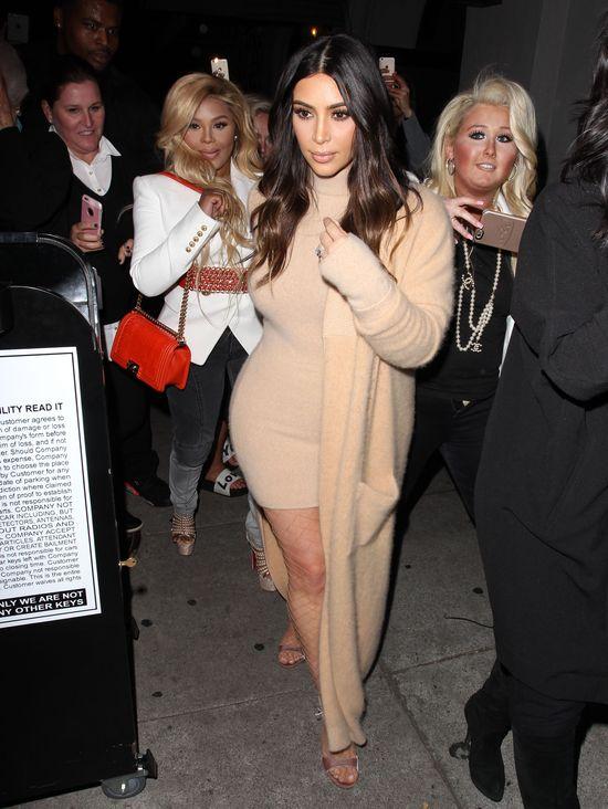 Kim Kardashian niczym wielka, moherowa kulka (FOTO)