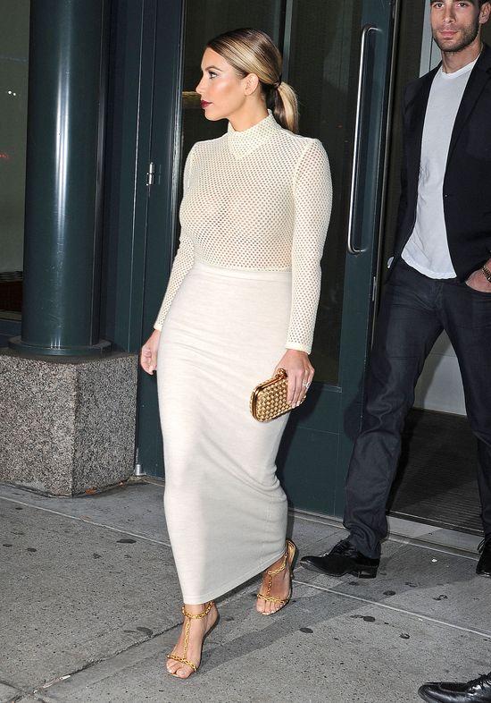 Kim Kardashian w dopasowanej spódnicy (FOTO)