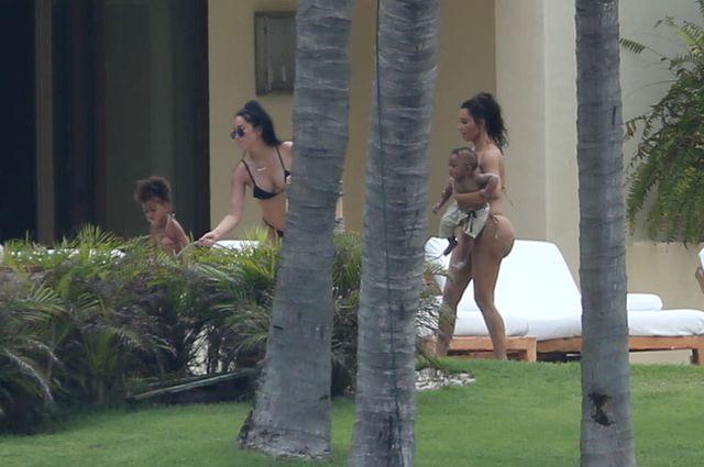 Kim Kardashian pokazała swoją wielką pupę w bikini (FOTO)
