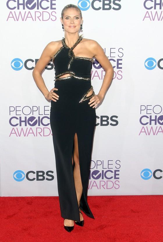 Heidi Klum w czarnej sukni z rozcięciem
