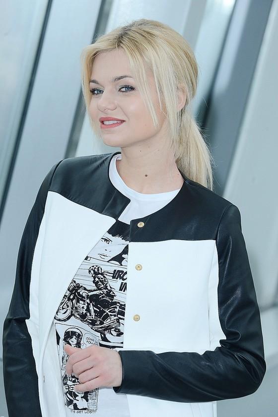 Emilia Komarnicka w biało-czarnym płaszczu