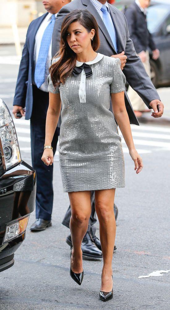 Kourtney Kardashian w błyszczącej sukience z kołnierzykiem