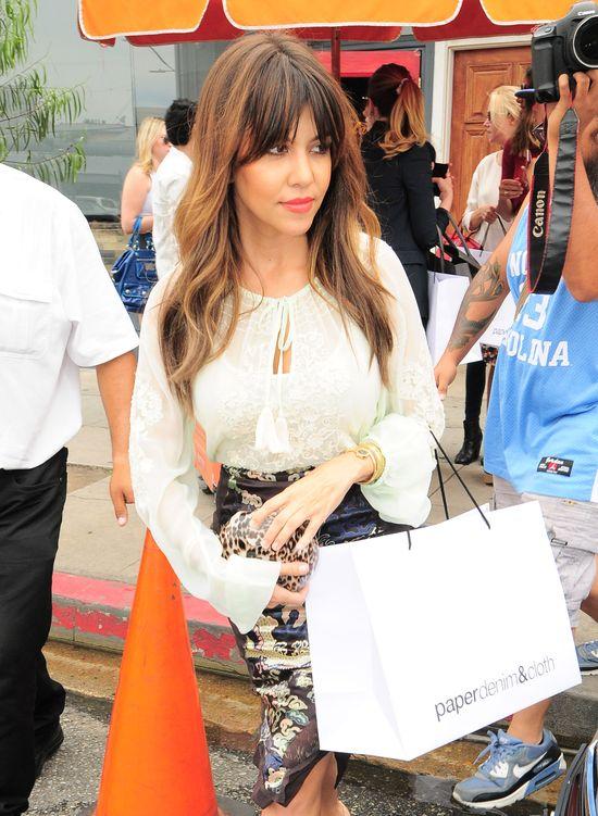 Kourtney Kardashian w kolorowej spódnicy