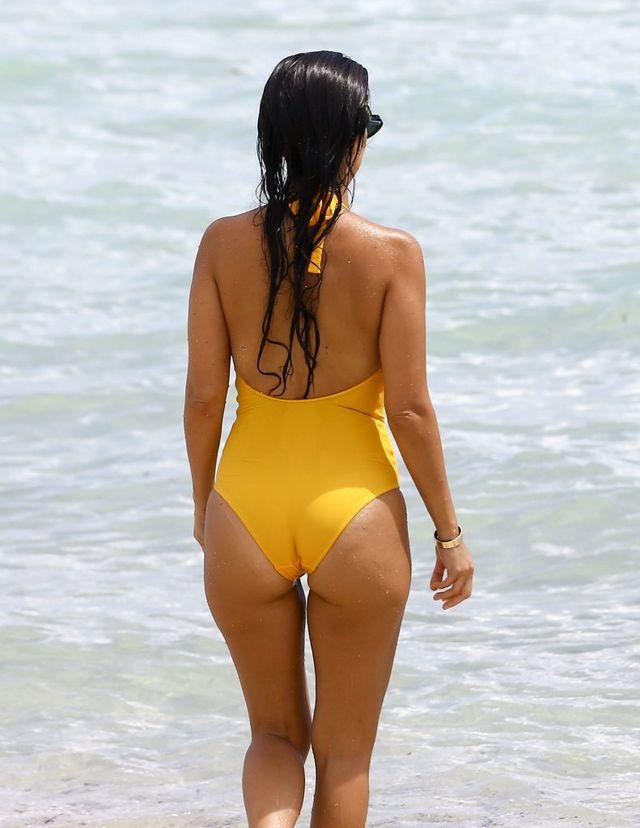 Ciąża? Jaka ciąża! Kourtney Kardashian zachwyca w bikini (FOTO)
