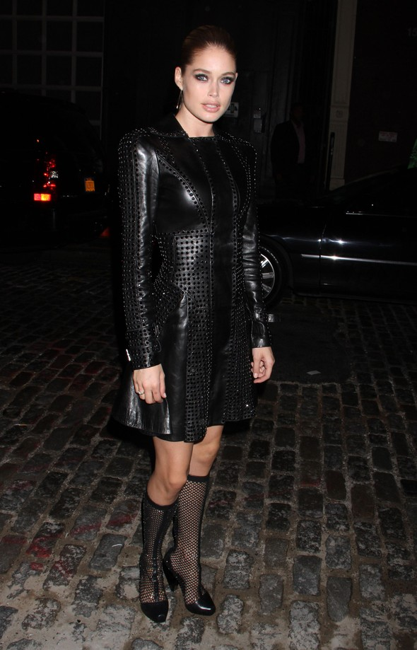 Doutzen Kroes w płaszczu Versace