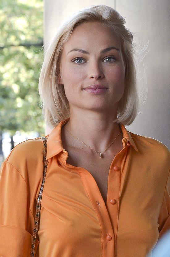Weronika Książkiewicz w pomarańczowym kombinezonie