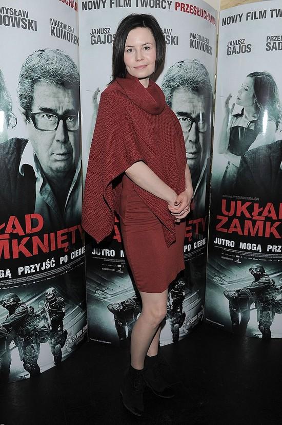 Magdalena Kumorek w brązowym swetrze
