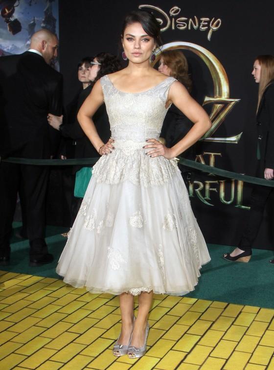 Mila Kunis w jasnej sukni