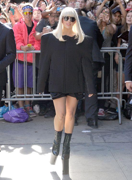 Lady Gaga w czarnej pelerynie (FOTO)