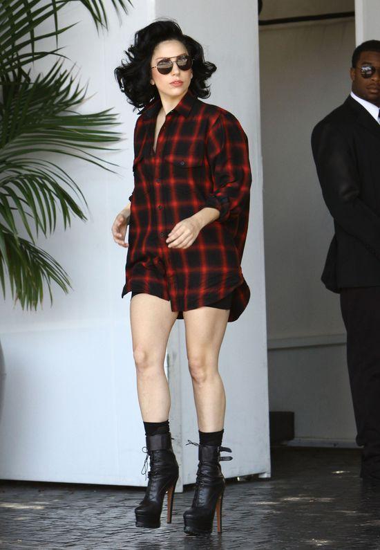 Lady Gaga w modnej koszuli w kratkę (FOTO)