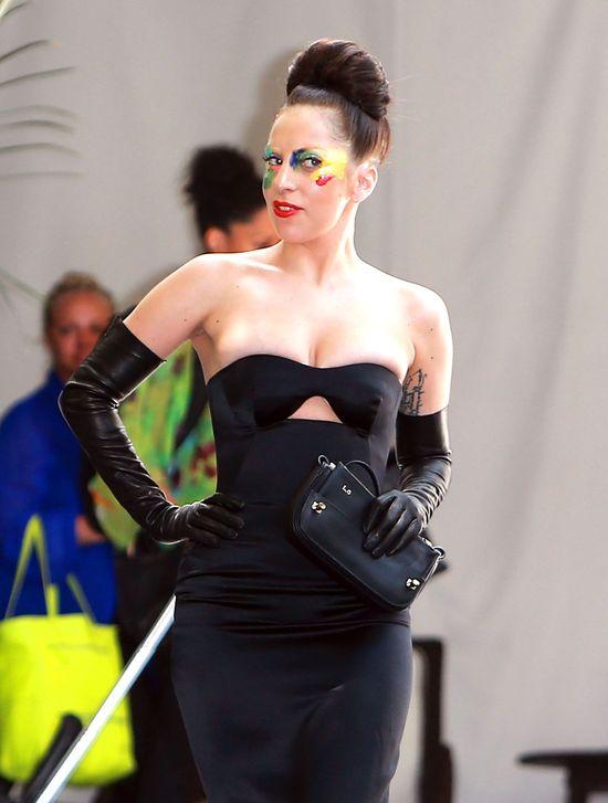 Lady Gaga w czarnej sukience i kolorowym makijażu