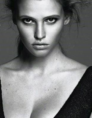 Nadąsana Lara Stone w Vogue (FOTO)