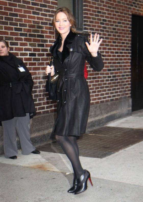 Jennifer Lawrence w czarnym płaszczu