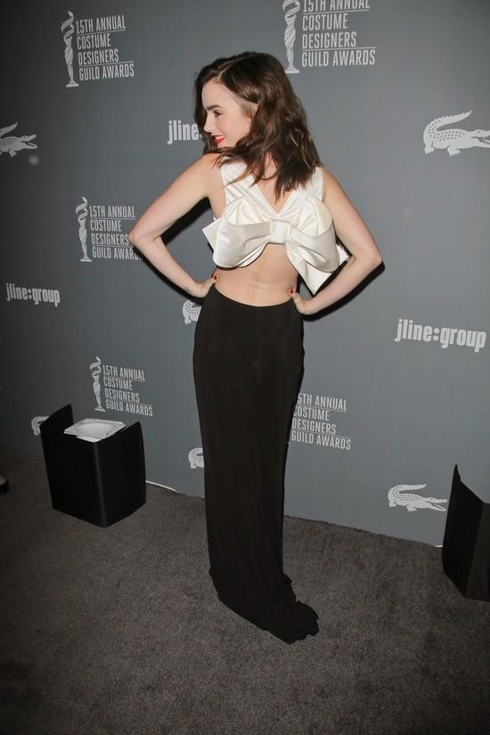 Lily Collins z kokardą na plecach (FOTO)