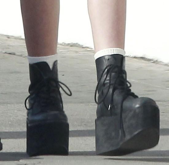 Lily Rose Depp w pończochach